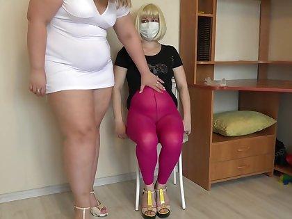 胖女士用手甩掉毛茸茸的女友。 拳擊成熟的女同性戀者