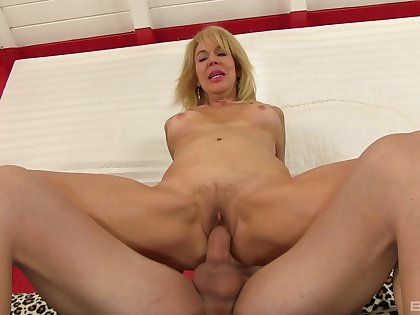 Hot mature reveals her slutty side encircling a complete XXX