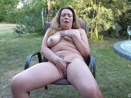 Chesty mature amateur fingers her big pussy in the personal space horse-racing