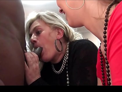 Ugly amateurs eating large dicks in fivesome swinger orgy