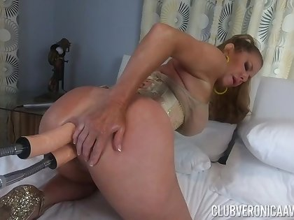 Kinkster Veronica Avluv double-penetrated by fellow-feeling a amour machine
