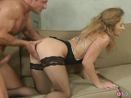 Trimmed pussy matured Ameli Saase gets fucked balls deep on chum around with annoy sofa